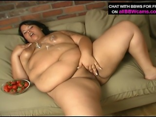 Dessert eating BBW from her pussy