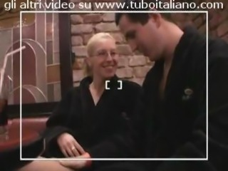 Sedotta al ristorante scopata seduta stante Italian amateur restaurant