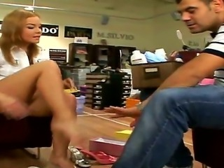 Booty whore Valentina Blue gets exclusive feet service from shoe shop...