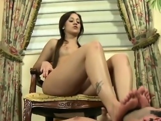 Mistress feet worshipped and sucked