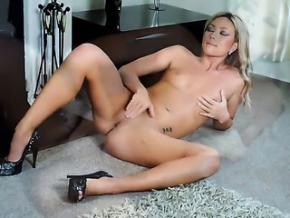 Natalia Forrest spreads her legs to fuck her thirsty honeypot with sex toy