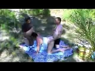 Trio au bord de la riviere
