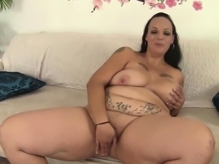 Plumper milf Savanna Star plays with her pussy