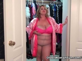 BBW milf Kimmie KaBoom in nylons fingers her pussy