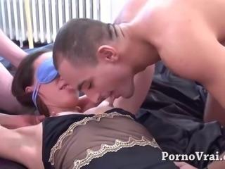 Beurette en Gang bang et Anal sous les yeux de son mari