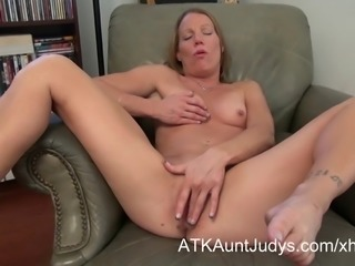 Milf Alyssa Dutch spreads her legs