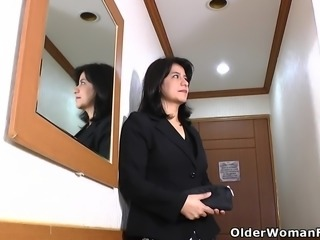 Latina milf Anabella starts pleasuring her hairy pussy