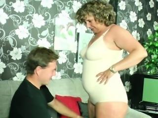 Mutti fickt den Nachbarsjungen mit dem dicken Schwanz