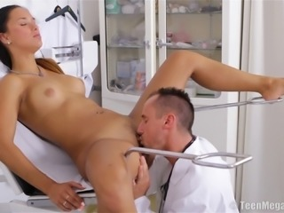 Natural tits babe unpinning short to ride doctor dick hardcore