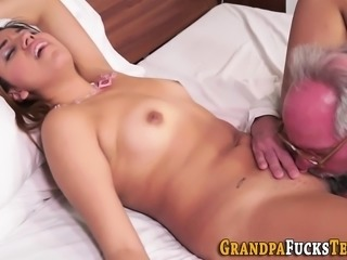 Teen whore licked by oldy