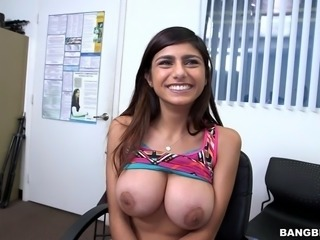 fantastic girl mia khalifa unleashes her enormous tits