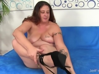 Chubby milf gives a nice blowjob before taking the dick in her asshole