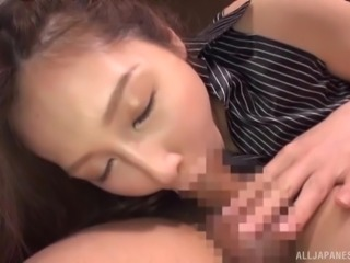 Sasaki Aki is great at showing off her oral skills to men