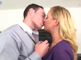 Busty slutty boss lures her employee and sucks his dick in the motel