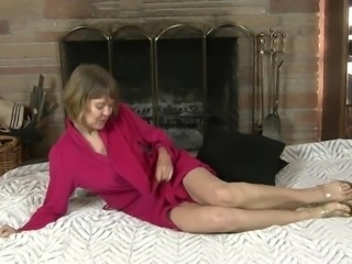 Dirty-minded cougar Jamie Foster wanna pet her own mature pussy