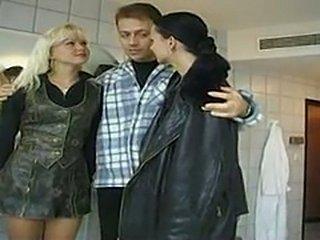 Rubia y Morena en un Trio Anal